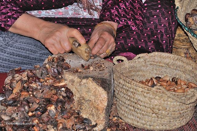 ręczne łupanie nasion przy użyciu kamieni