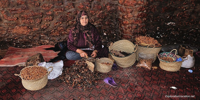 berberyjska kobieta łupiaca nasiona agranii